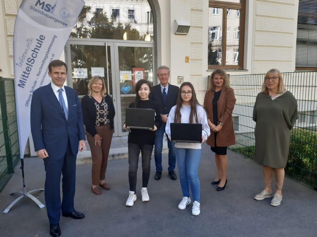 Unsere SchülerInne erhalten vom Verein Springboard 2 Laptops