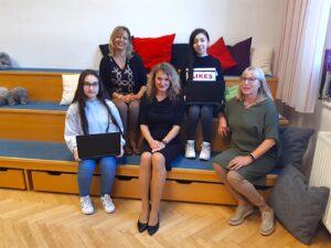2 SchülerInnen erhalten Laptops vom Verein Springboard